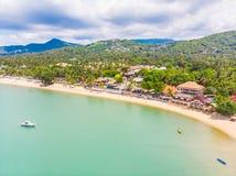 Luchtmening van mooie tropische strand en overzees met palm en ot Royalty-vrije Stock Fotografie