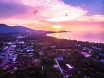 Luchtmening van mooie tropische strand en overzees met palm en ot Royalty-vrije Stock Foto's