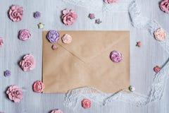 Luchtmening van mooie verspreide roze bloemachtergrond Stock Afbeeldingen