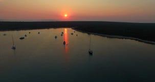 Luchtmening van mooie zonsondergang in Slatinica-baai bij Olib-Eiland, Kroatië stock footage