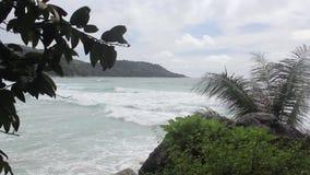 Luchtmening van oceaan, tropische strand en bergen stock footage