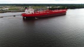 Luchtmening van olietanker bij de Rivier Philadelphia van raffinaderijdelaware stock videobeelden