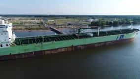 Luchtmening van olietanker bij de Rivier Philadelphia van raffinaderijdelaware stock video