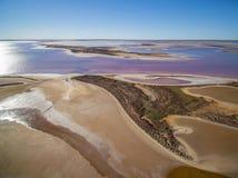 Luchtmening van ondiep roze zout meer Tyrrel stock foto's