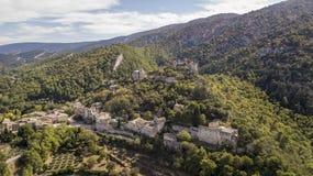 Luchtmening van oppede-le-Vieux, een spookdorp in zuidoostelijk Frankrijk stock afbeelding