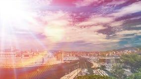 Luchtmening van opzij versterkte de Haveningang van Marseille Vieux, timelapse stock video