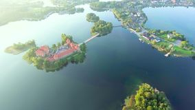 Luchtmening van oud kasteel op eiland stock videobeelden