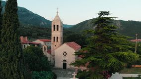 Luchtmening van oud klooster in Montenegro stock footage