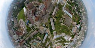 Luchtmening van oude en nieuwe Russische gebouwen op groen gebied royalty-vrije stock foto