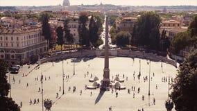 Luchtmening van overvol centraal Italiaans vierkant De mensen verzamelen zich onder de centrale kolom op Piazza del Popolo stock footage