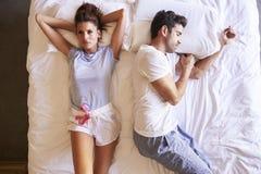 Luchtmening van Paar met Verhoudingsproblemen die in Bed liggen royalty-vrije stock afbeelding