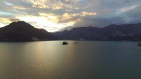 Luchtmening van Perast-stad in Kotor-baai op de zonsondergang stock footage