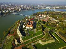 Luchtmening van Petrovaradin-vesting en de stad van Novi Sad Stock Foto's
