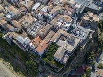 Luchtmening van Pizzo Calabro, kasteel, Calabrië, toerisme Italië Panorama van de kleine stad van Pizzo Calabro door het overzees Royalty-vrije Stock Foto's