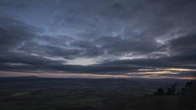 Luchtmening van Platteland bij Zonsondergang in het UK stock videobeelden