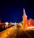 Luchtmening van populair oriëntatiepunt - het Kremlin, Moskou, Rusland tijdens de nacht royalty-vrije stock afbeelding