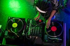 luchtmening van professioneel Afrikaans Amerikaans DJ in hoofdtelefoons met correcte mixer royalty-vrije stock fotografie
