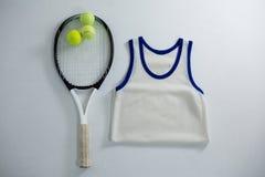 Luchtmening van racket met tennisballen door vest stock foto