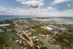 Luchtmening van rand van de Stad en omringend cayes en de kanalen van Belize royalty-vrije stock foto
