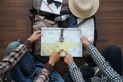 Luchtmening van Reizigers` s Jonge paar planning stock afbeelding