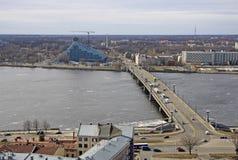 Luchtmening van Riga, rivier Daugava en Steenbrug, Riga, Letland stock fotografie