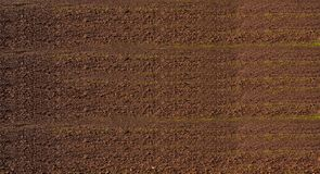 Luchtmening van rijen van grond van gebied alvorens te planten Het patroon van de vorenrij op een geploegd die gebied op het plan Stock Foto's