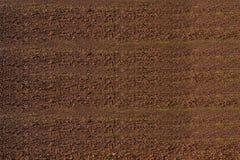 Luchtmening van rijen van grond van gebied alvorens te planten Het patroon van de vorenrij op een geploegd die gebied op het plan Stock Fotografie