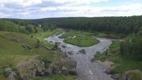 Luchtmening van rivier onder hout stock footage