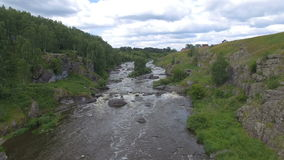 Luchtmening van rivier onder hout stock videobeelden