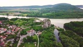 Luchtmening van Ruïnes van Devin-kasteel stock footage