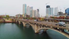 Luchtmening van S Lamar Boulevard Bridge in Austin Texas stock video
