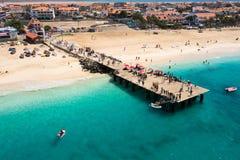 Luchtmening van Santa Maria-strand in Zouteiland Kaapverdië - Cabo stock afbeeldingen
