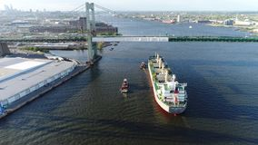 Luchtmening van sleepboot en vrachtschip de Rivier Philadelphia van Delaware Stock Afbeelding
