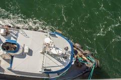 Luchtmening van sleepboot, kabels en arbeiders die te dokken schip bijstaan, Alaska, de V.S. stock afbeelding