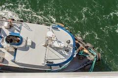 Luchtmening van sleepboot, kabels en arbeiders die te dokken schip bijstaan, Alaska, de V.S. royalty-vrije stock afbeeldingen