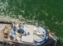 Luchtmening van sleepboot, kabels en arbeiders die te dokken schip bijstaan, Alaska, de V.S. royalty-vrije stock fotografie
