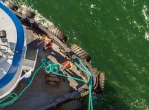 Luchtmening van sleepboot, kabels en arbeiders die te dokken schip bijstaan, Alaska, de V.S. stock foto's