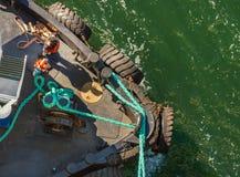 Luchtmening van sleepboot, kabels en arbeiders die te dokken schip bijstaan, Alaska, de V.S. stock afbeeldingen