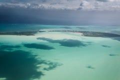 Luchtmening van Sleutel of Caye-Breeuwijzer op het barrièrerif van de kust van Belize stock afbeeldingen