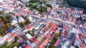 Luchtmening van Slowaakse stad Banska Bystrica die door mountai wordt omringd Stock Afbeeldingen