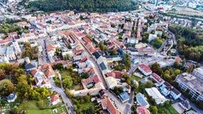 Luchtmening van Slowaakse stad Banska Bystrica die door mountai wordt omringd Royalty-vrije Stock Fotografie
