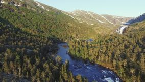 Luchtmening van Snelle Overweldigende Waterval in Husedalen-Vallei, Noorwegen Jonge volwassenen stock video