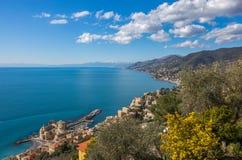 Luchtmening van stad van riviera van Camogli en van het oosten, Genoa Genova-provincie, Ligurian riviera, Mediterrane kust, Itali stock afbeeldingen