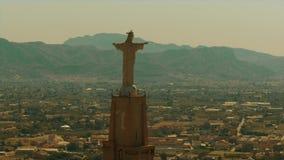 Luchtmening van standbeeld van Chist en Castillo DE Monteagudo in Murcia, Spanje stock videobeelden