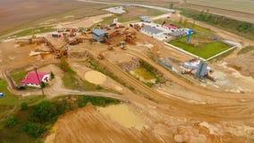 Luchtmening van stortplaatsvrachtwagens met zand die zich op de industriële fabriek van het grondgebied bevinden stock videobeelden