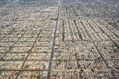 Luchtmening van straatnet, huizen en dichte woonontwikkeling royalty-vrije stock afbeeldingen