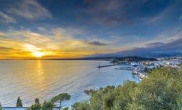 Luchtmening van strand in Nice bij zonsondergang stock foto