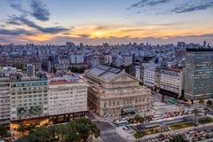 Luchtmening van Teatro-Dubbelpunt Columbus Theatre en 9 DE Julio Avenue bij zonsondergang - Buenos aires, Argentinië stock foto's