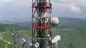Luchtmening van telecommunicatietorensantennes stock footage