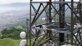 Luchtmening van telecommunicatietorensantennes en cityscape op de achtergrond